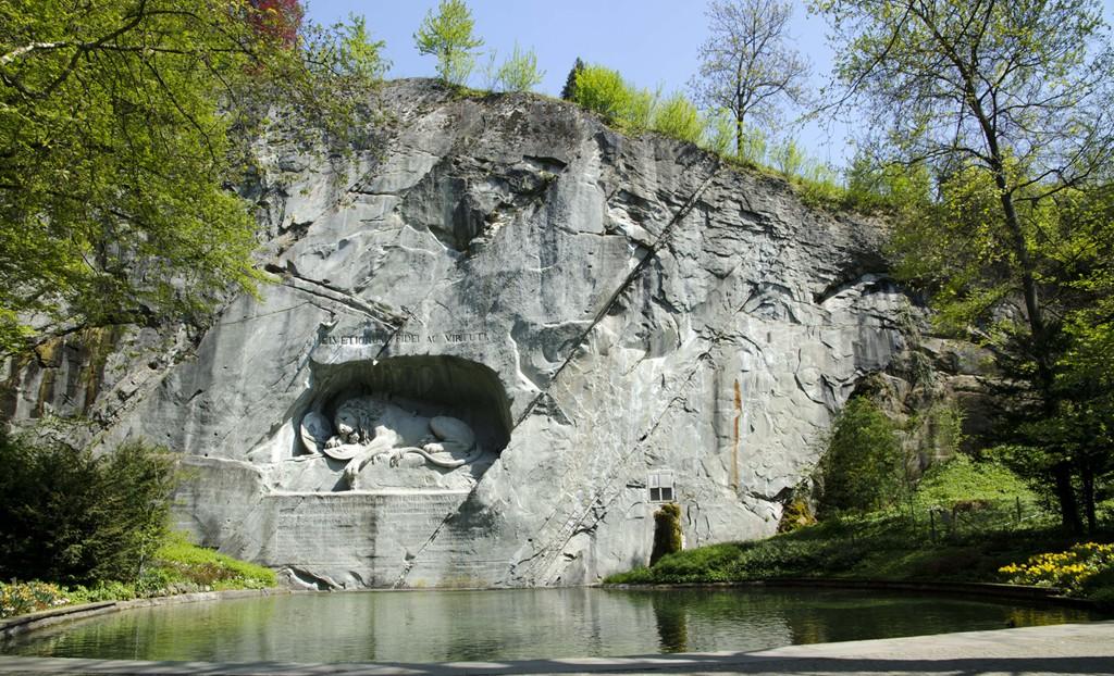 El Monumento al León es un rincón donde se respiran paz y respeto. Con casi 7m de alto y 10m de ancho, fue tallado en 1821 y es un homenaje a los suizos caídos en batalla. Foto: QI