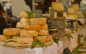 Al Mercado President Wilson acuden pequeños productores locales de quesos, embutidos, agricultores y tiendas de la ciudad para dar a conocer y vender sus productos