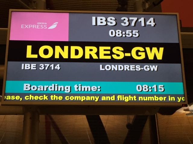 Puertas de embarque en color rosa_ Iberia Express
