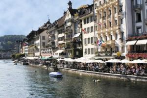 Terrazas a orillas del río Reuss. Foto: Turismo de Lucerna