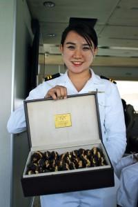 A bordo, la tripulación le dará la bienvenida con unos estupendos dátiles rellenos de frutos secos. Foto: Laura Chápuli