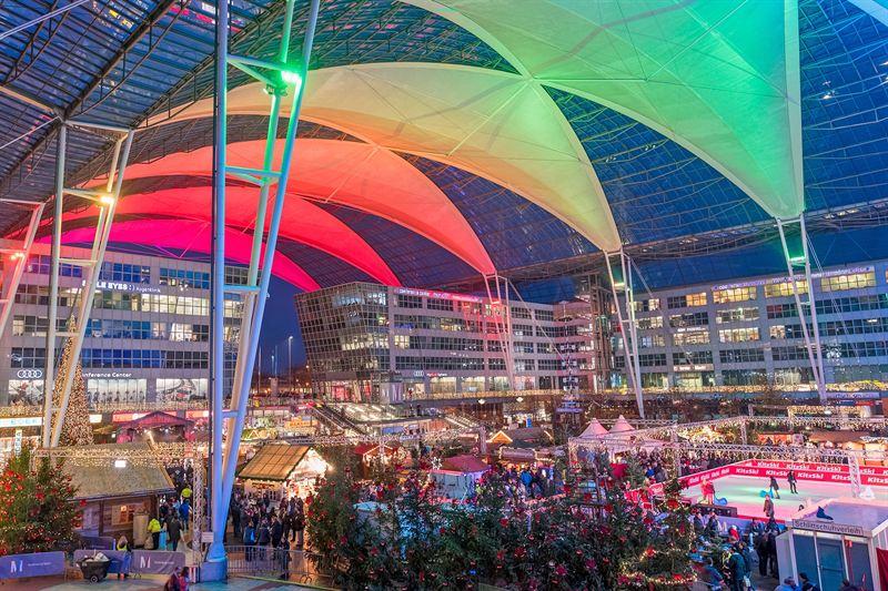 El espacio entre terminales, Munich Airport Center Forum, es donde se celebra el mercado navideño. Foto: © Munich Airport