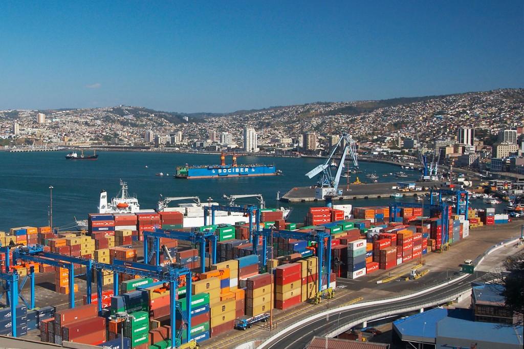 Los llamativos colores de los contenedores en el puerto hacen que incluso la parte más industrial y financiera tenga su encanto. Foto: Veas