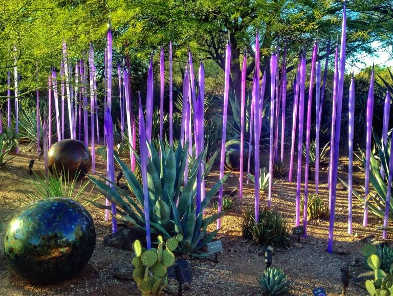 Esculturas se entremezclan con las plantas. Foto: imagenesdejardines.com