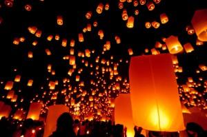 La suelta de linternas durante el festival lunar Loi Krathong. Foto: Flickr / Mark Fischer