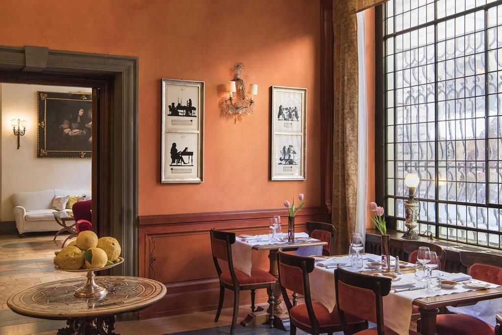 Muy agradable es sentarse junto a los enormes ventanales del bar mientras uno disfruta de un agradable y reconstituyente aperitivo