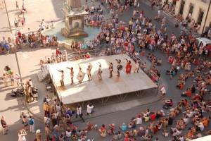 Durante seis días de agosto Arlés vuelve a ser la antigua Arelate. - Representación en Place de la République. Foto: Festival Arelate