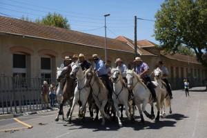 Carrera de gardians por las calles de Arlés.  Foto: © Florent Gardin para Les Suds