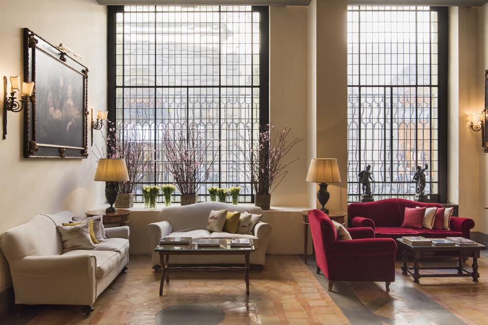 Flores, lumbre, velas encendidas, mobiliario clásico y tapicerías sobrias de terciopelo o lino. El ambiente resultante: sereno, cálido y confortable