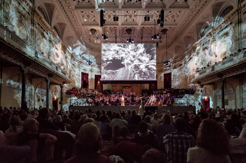 Cada mes de junio en Ámsterdam el Holland Festival, el más antiguo y más grande de los Países Bajos en artes escénicas, ofrece teatro, música, ópera, danza moderna, multimedia, artes visuales, cine y arquitectura