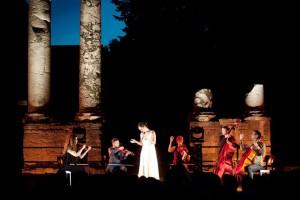 Una actuación de Les Suds en el teatro romano. Foto: © Pablo Guidali para Les suds