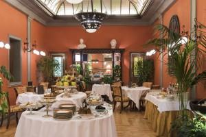 Buffet desayuno servido en el Jardín de Invierno cuyo techo de cristal data de la década de 1920