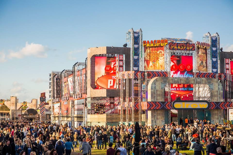 El espectacular complejo, con un aire que recuerda a Las Vegas, del festival Paaspop en Schijndel