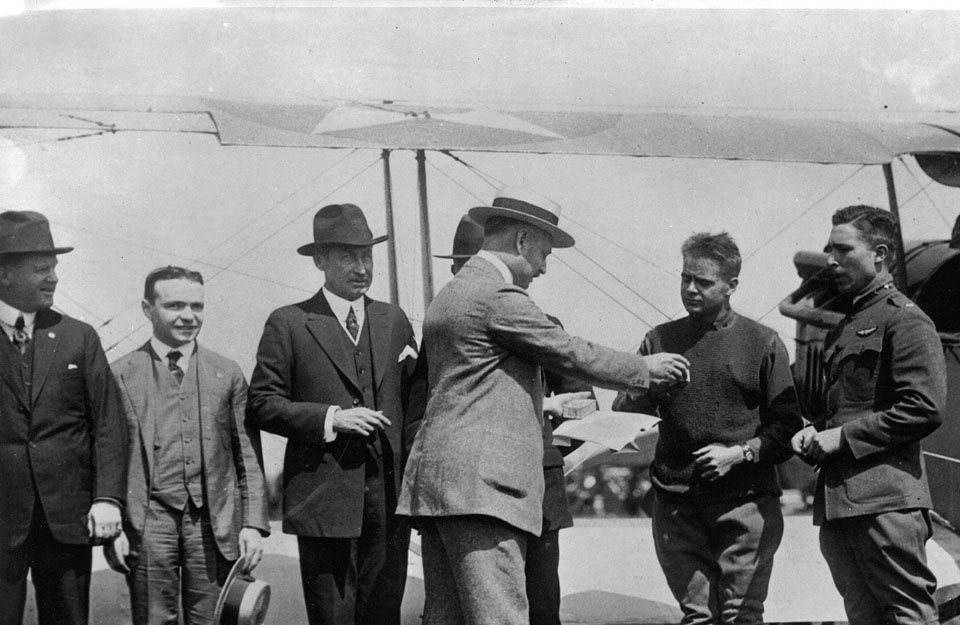 Pilotos recibiendo de Hamilton sus relojes el 15 de mayo de 1918