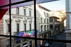La Piazza della Repubblica está muy cerca. En la foto: tras la entrada porticada al final de la misma calle del Helvetia & Bristol Firenze - Starhotels Collezione