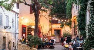 Arlés nos regala momentos para la buena vida como pasar la tarde en placitas como esta del restaurante L'Ouvre Boite