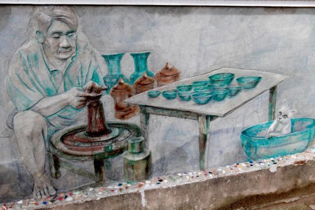 Representa la vida cotidiana de un hombre que fabrica cerámica Sukhothai, o Sangkhalok, para ganarse la vida