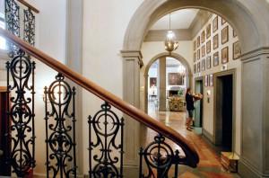Una gran escalera conduce a las plantas reservadas exclusivamente para los huéspedes