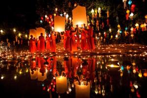Junto al río se lanzan al aire los globos con velas y al agua