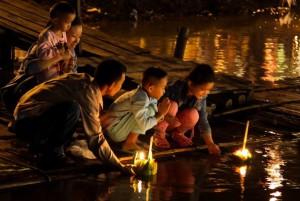 Las familias participan al completo en el festival Loy Krathong