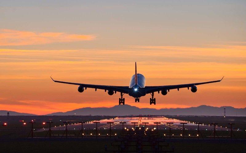 Airbus A340 aterrizando al atardecer en el aeropuerto internacional de Vancouver.