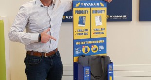 Kenny Jacobs, director de Marketing de Ryanair, junto a un medidores de equipaje que se colocarán en cada puerta de embarque