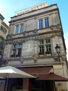 En la animada Place du Forum, muchos de los bajos de los edificios hoy los ocupan restaurantes y cafés