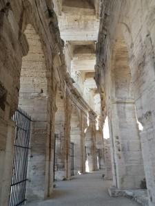 En el anfiteatro, una red de galerías circulares, pasarelas y escaleras agilizaban al máximo el flujo de personas. La fachada exterior consta de 70 arcadas en dos alturas