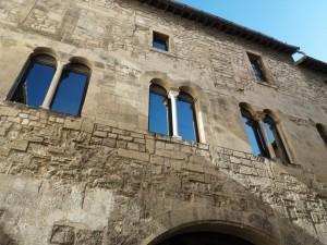 Los edificios románicos de Arlés tienen una gran influencia mediterránea. Recuerdan tanto a fachadas toscanas como catalanas o mallorquinas