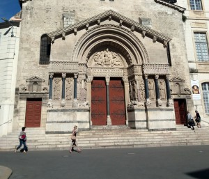 Pórtico de la iglesia de Saint Trophime en Place de la République