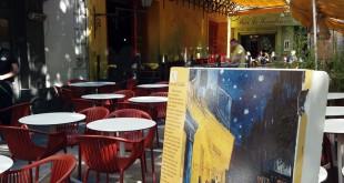 """El café que retratara Van Gogh en """"Du café le soir"""", se mantiene del mismo color y aspecto para rendirle un honenaje"""