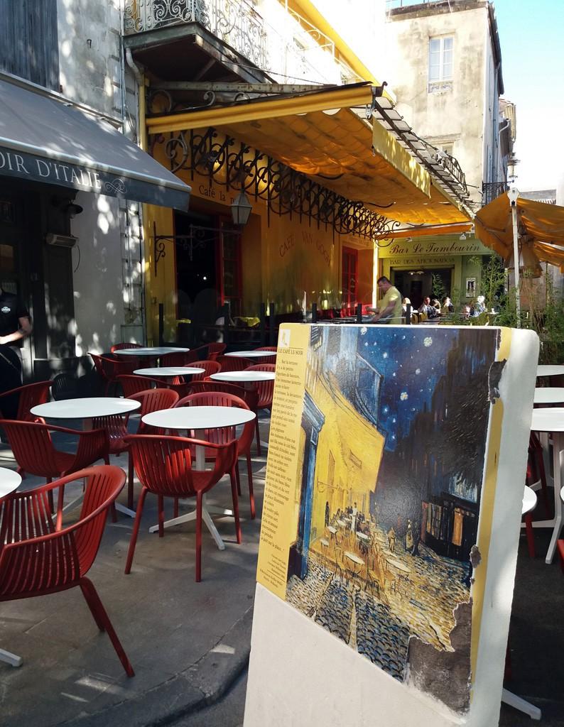 """La fachada del café que retratara Van Gogh en """"Du café le soir"""", hoy se mantiene del mismo color y aspecto"""