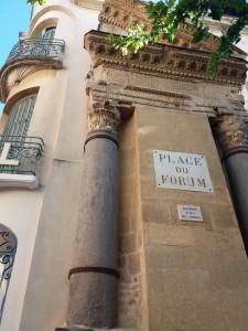 Restos del friso del Foro romano apoyado sobre la fachada del hotel Nord Pinus