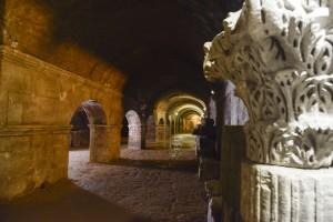 Se puede pasear por el subsuelo de la ciudad visitando unas galerías abovedadas construidas en el año 30 A.C. que sostenían el foro romano. Foto: © Lionel Roux para Arles Tourisme
