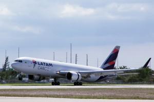 Avión carguero de LATAM.