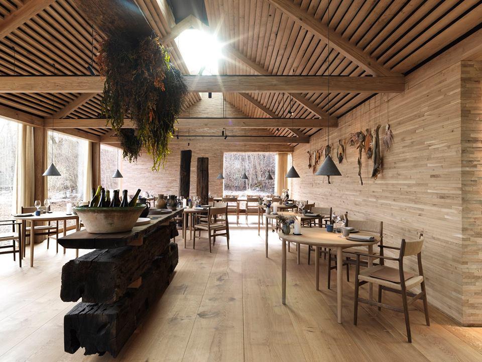 La madera es el material predominante en el comedor del restaurante. El proyecto es obra del arquitecto Bjarke Ingels.