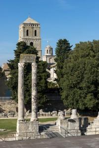 Las dos altas columnas de mármol, junto con parte de las gradas, la orquesta y el foso del escenario, son los elementos del Teatro Romano que han llegado hasta nuestros días. Foto: © Lionel Roux para Arles Tourisme