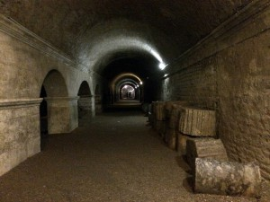 Se puede pasear por el subsuelo de la ciudad visitando unas galerías abovedadas construidas en el año 30 A.C. que sostenían el foro romano. Foto: diariodeabordoblog.com