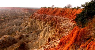 Los acantilados de Miradouro da Lua (Angola). Foto: Paulo César Santos, vía Wikimedia Commons