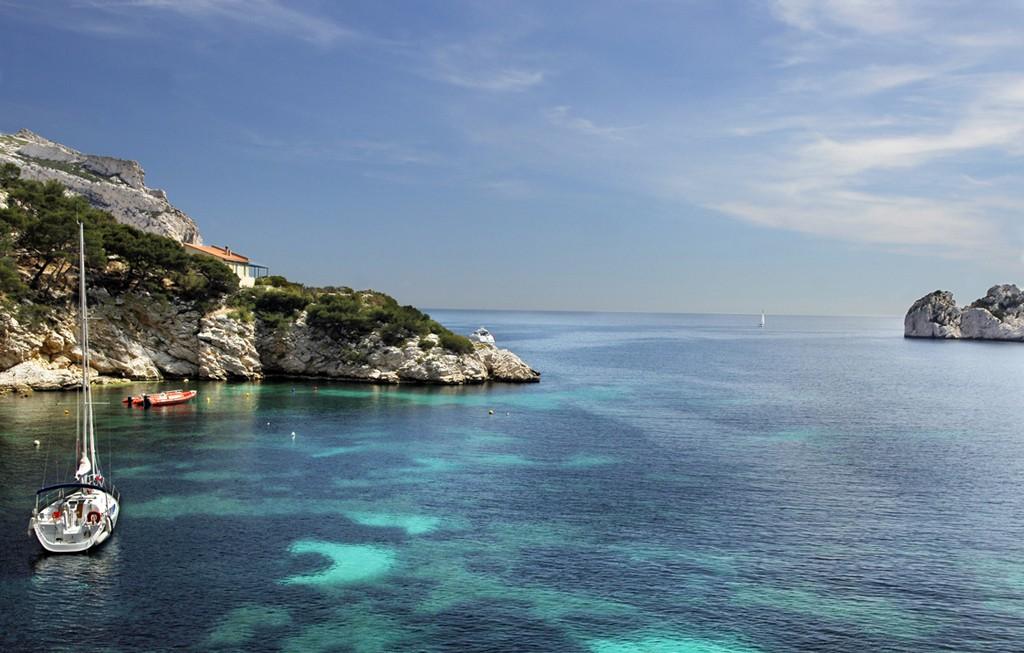Al sur de Marsella se encuentra Les Calanques, un macizo de las Calanques, un macizo costero de más de veinte kilómetros con pequeñas calas y paisajes protegidos como Parque Nacional de Francia.