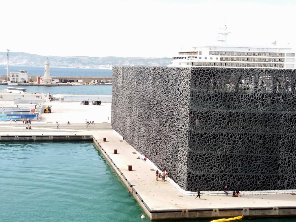 El MuCEM se encuentra en uno de los muelles del Puerto Viejo, donde ahora solo atracan algunos privilegiados barcos de cruceros. La actividad portuaria se trasladó a las afueras de Marsella.