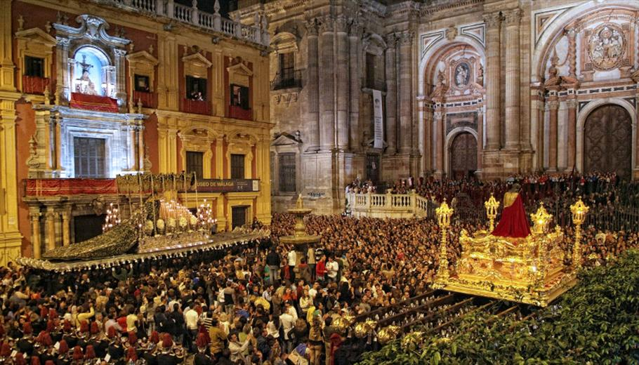 Procesión de Semana Santa frente a la catedral de Málaga.