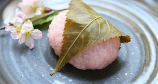 """Con la llegada de la primavera, las pastelerías japonesas venden los dulces """"Sakuramochi""""."""