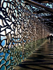 Pasillos exteriores del museo de las civilizaciones de Europa y del Mediterráneo (MuCEM).