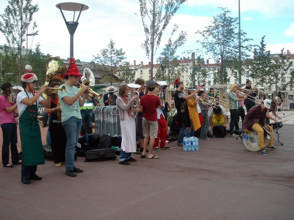 Los músicos y bailarines salen a la calle durante la Bienal de la Danza.