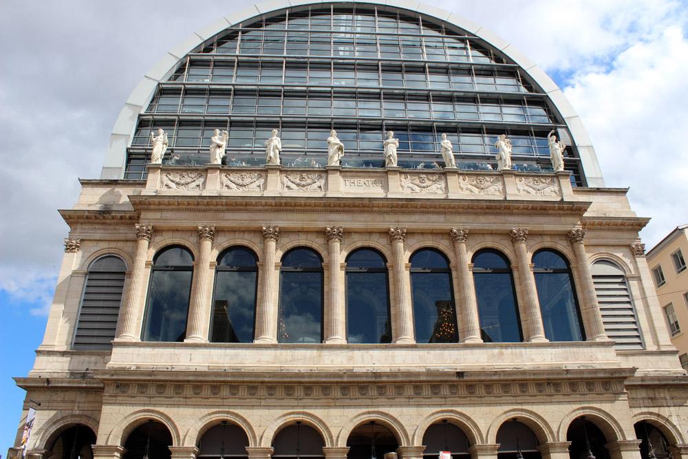 Parte superior de la fachada del edificio de la Ópera.