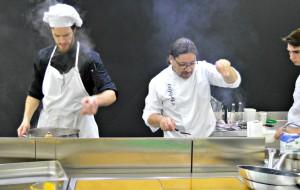 Adrián Quetglas cocinando durante el evento en Madrid.