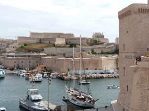 El puerto a su entrada desde el mar está defendido por dos fuertes, el de San Juan (ahora parte del MuCEM) y el de San Nicolás (enfrente).
