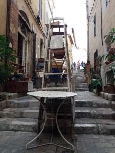Las tiendas y anticuarios de Le Panier sacan a la calle sus artículos a la venta.