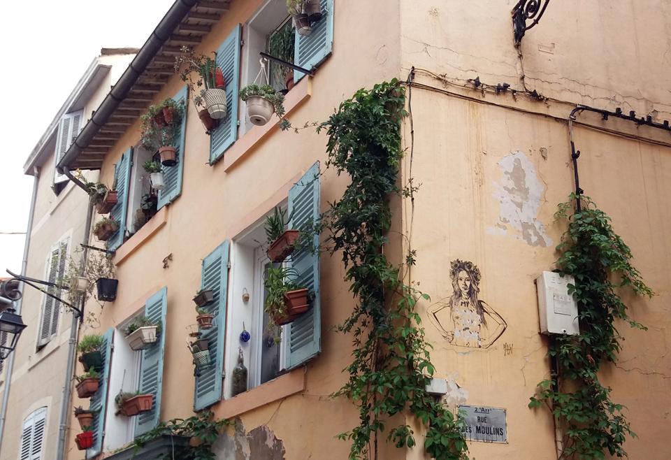"""Grafitis aparte, que denotan el lado canalla, sus calles tienen un curioso parecido """"al barrio lisboeta de Alfama"""". Será porque ambos fueron habitados por pescadores o por la escarpada fisonomía de ambos."""